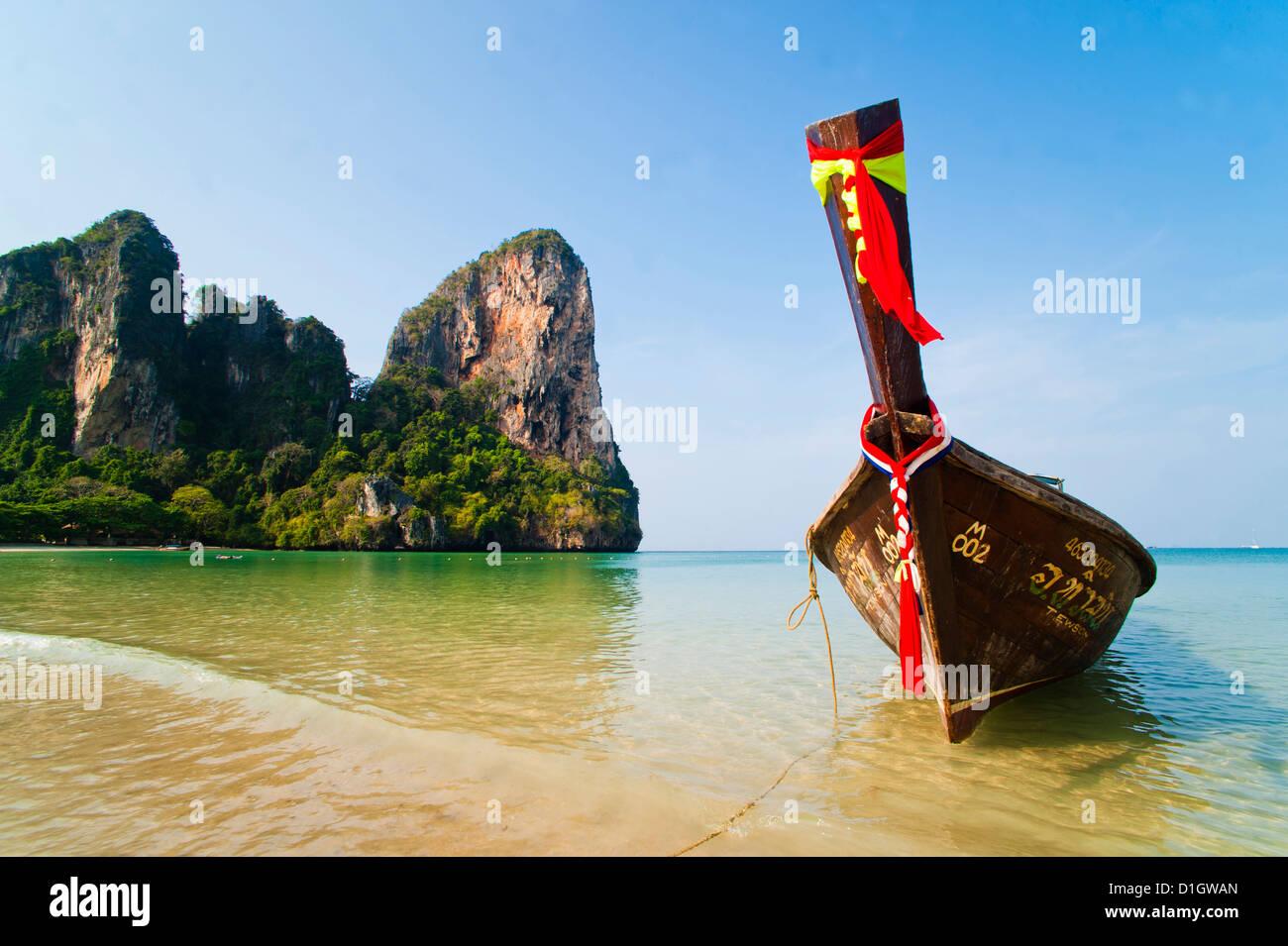 Lange Rute Boot auf Koh Phi Phi, Süd-Thailand, Südostasien, Asien Stockbild