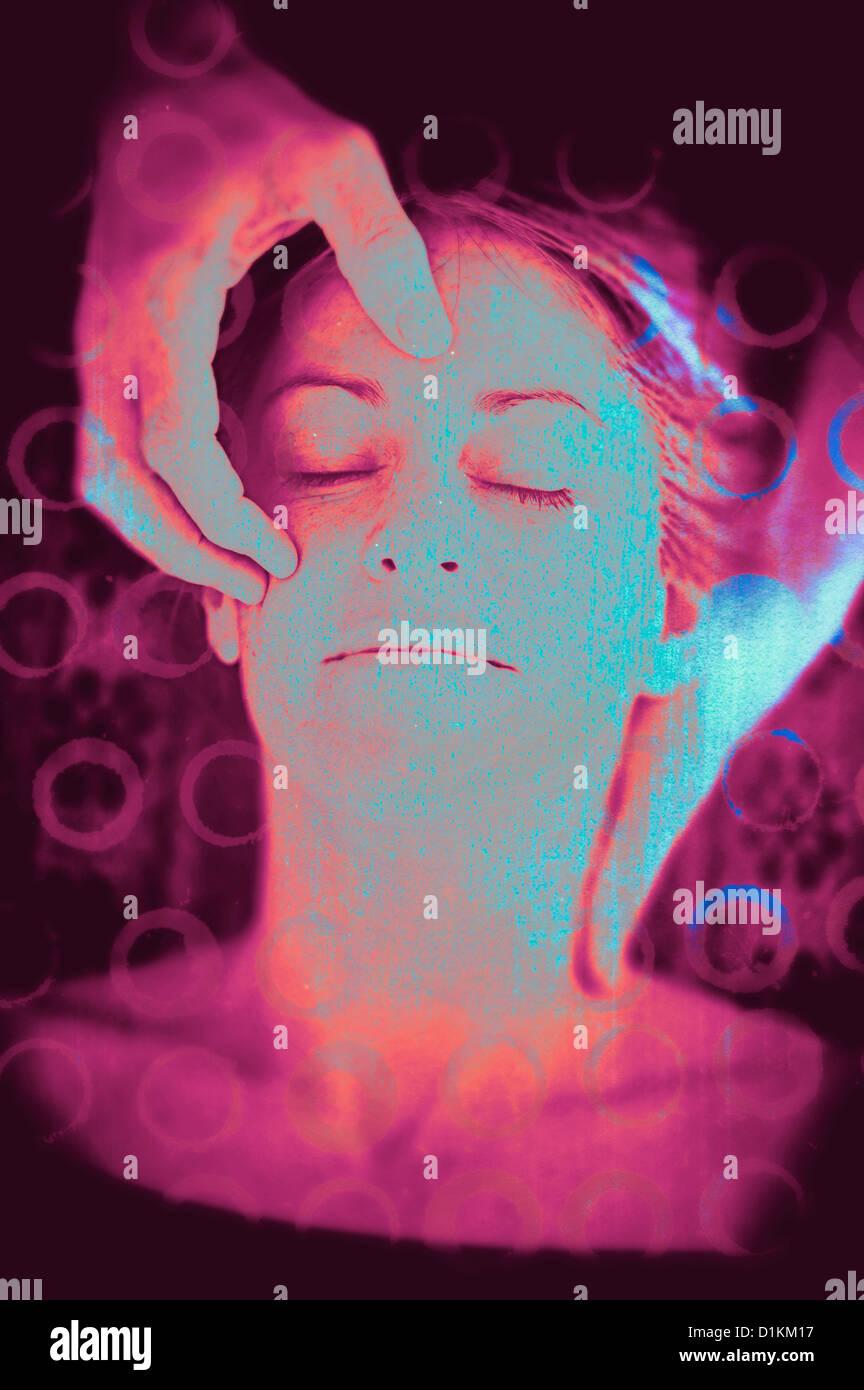 Die sanften Hände eines Masseurs wiegte den Kopf einer Frau und ihrer Stirn berühren. Foto-Illustration. Stockbild