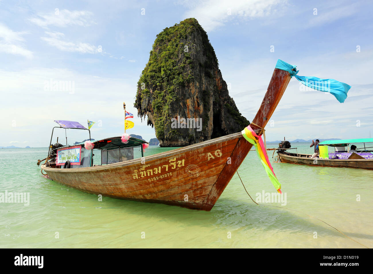 Traditionelle Thai Longtail-Boot am Phranang Cave Beach, Railay Beach, Krabi, Phuket, Thailand Stockbild