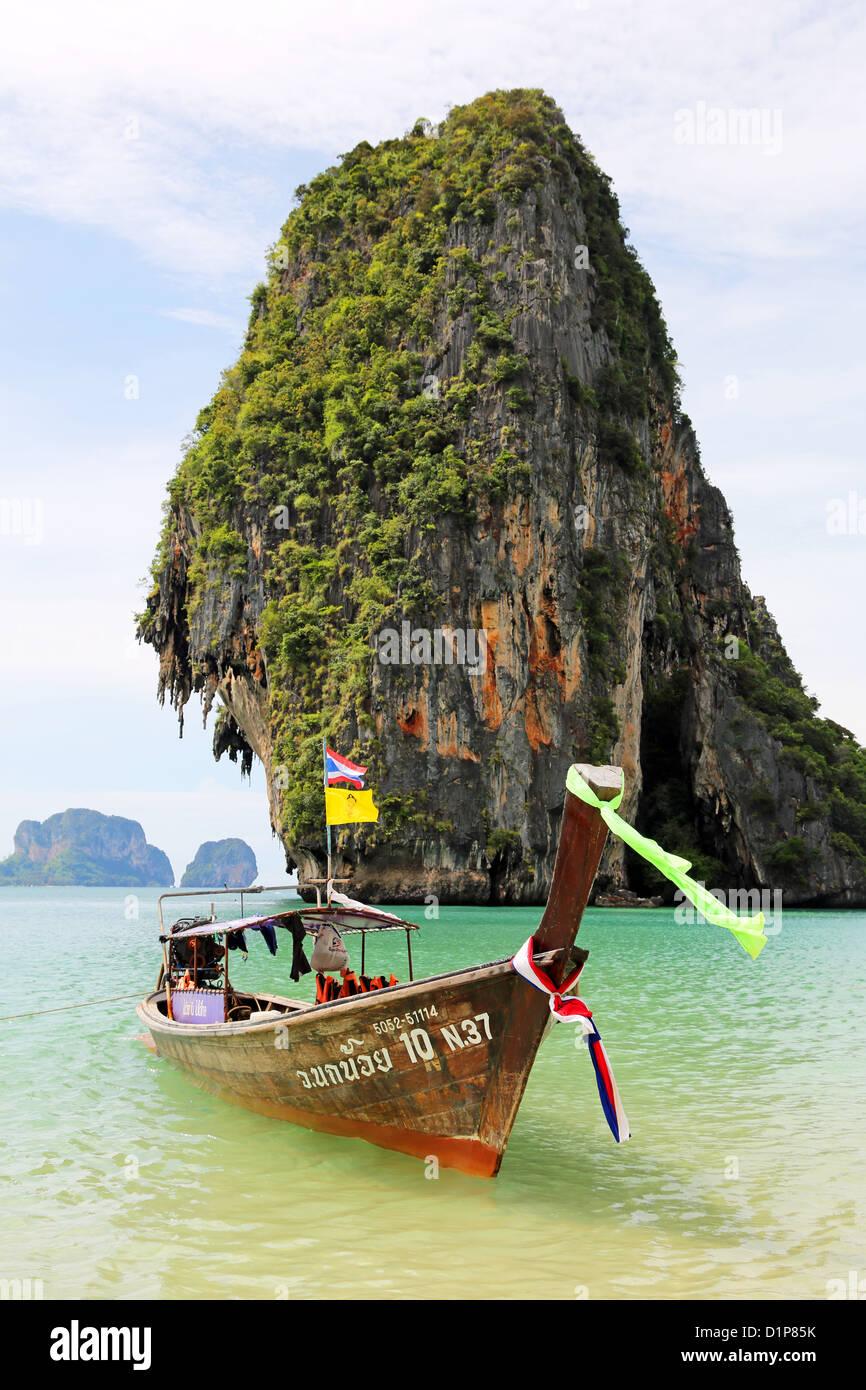 Traditionellen thailändischen Longtail Boot und Limetone Felsformation am Phranang Cave Beach, Railay Beach, Stockbild