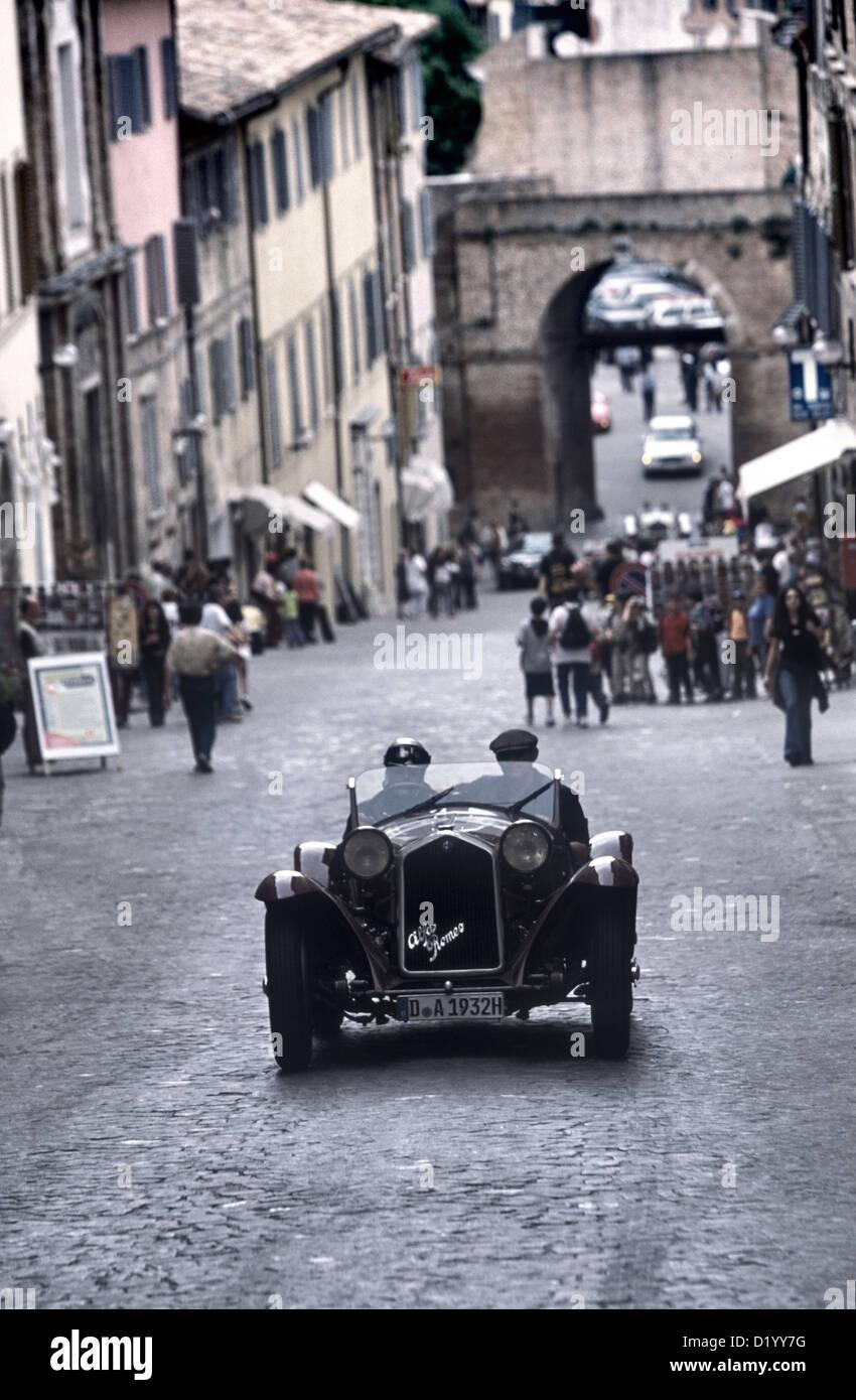 1930er Jahren beobachtete Alfa Romeo Sport Rennwagen Einwohner in Urbino Stadtzentrum Durin 2001 Mille Miglia Rallye. Stockbild
