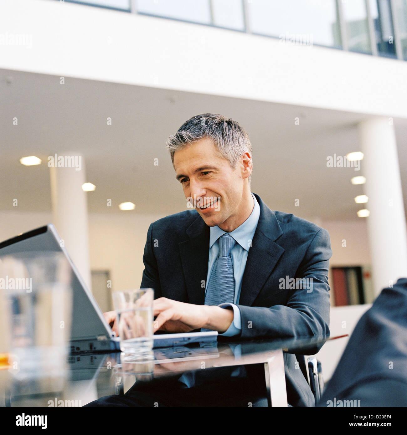 Ansicht der Geschäftsmann Laptop lizenzfrei außer anzeigen und Plakate anzeigen Stockbild