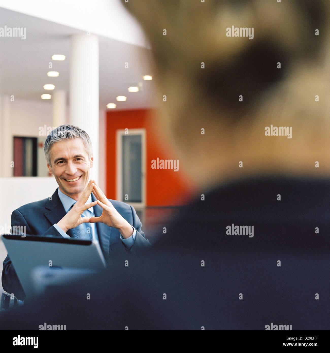 Geschäftsleute mit Laptop bei der Erfüllung lizenzfrei außer anzeigen und Plakate Stockbild