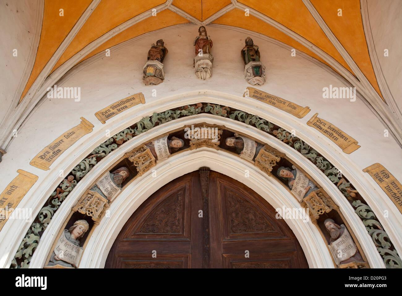 Figurative Dekoration auf dem Portal der Kirche von St. Joduk, Landshut, untere Bayern, Bayern, Deutschland, Europa Stockbild