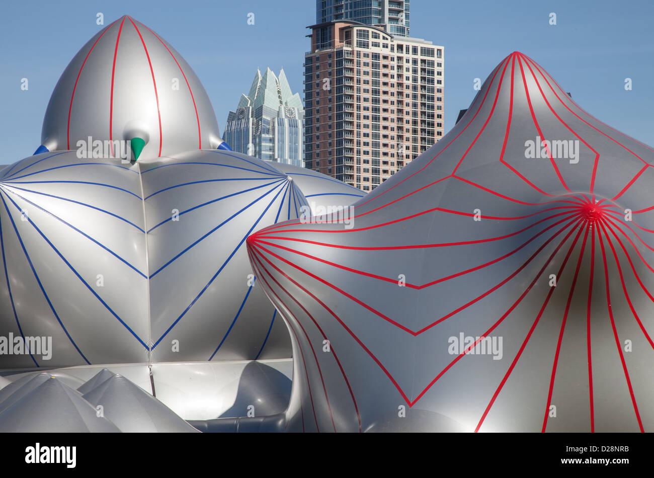 Architekten der Luft Luminarium gegen die Skyline von Austin, Texas Stockbild