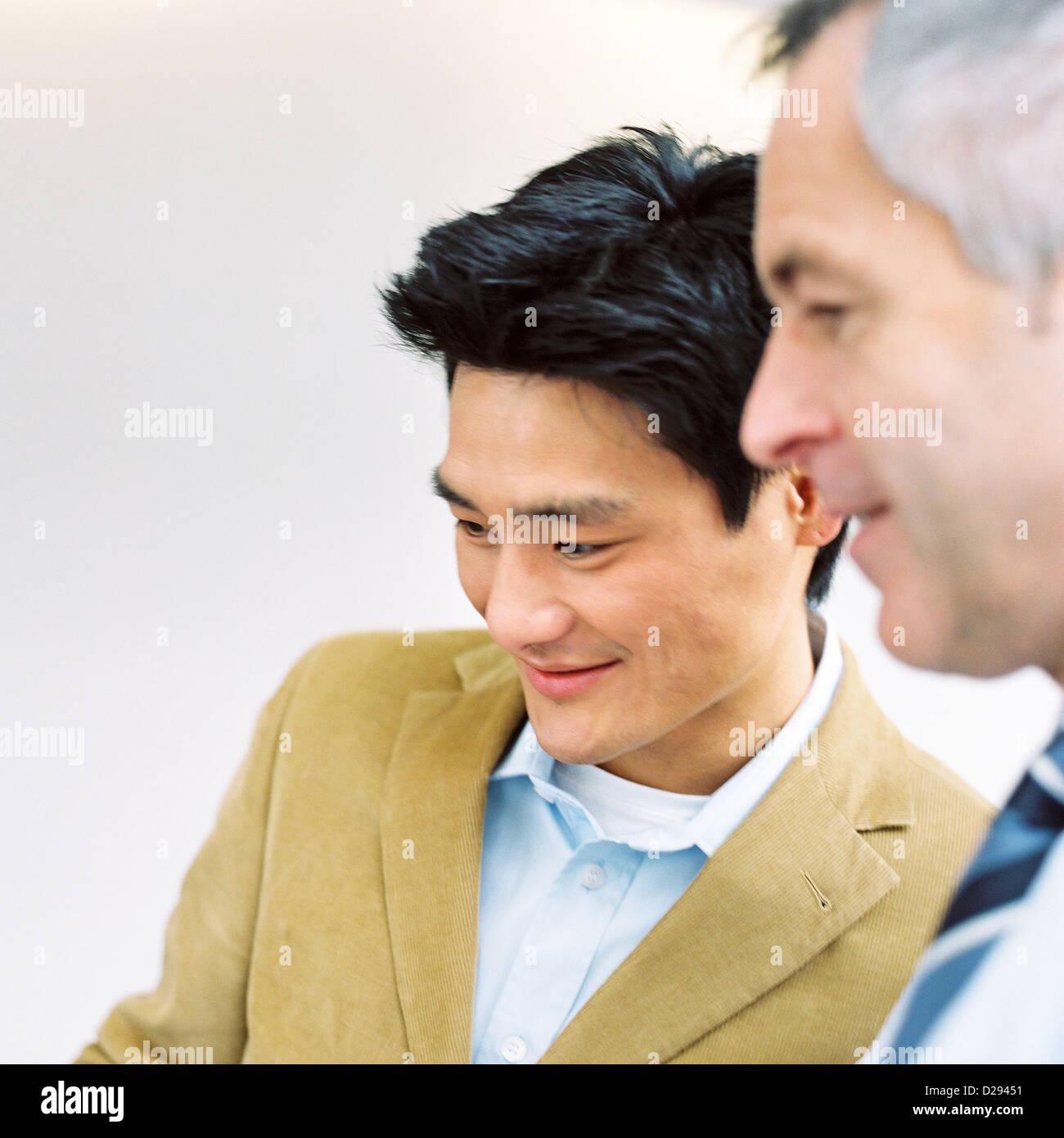 Business-Leute Mann Vertrauen Zusammenarbeit Laptop lizenzfrei außer anzeigen und Reklametafeln Stockbild