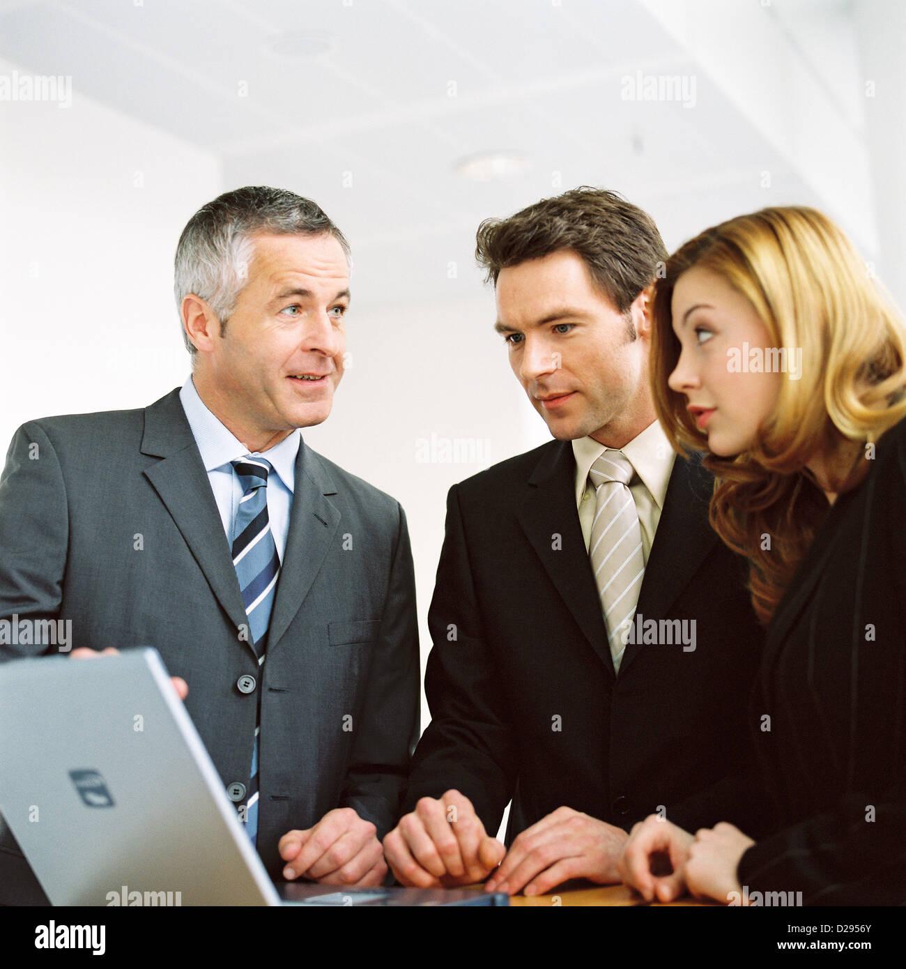 Business-Leute Mann Frau mit Laptop lizenzfrei außer anzeigen und Reklametafeln Stockbild