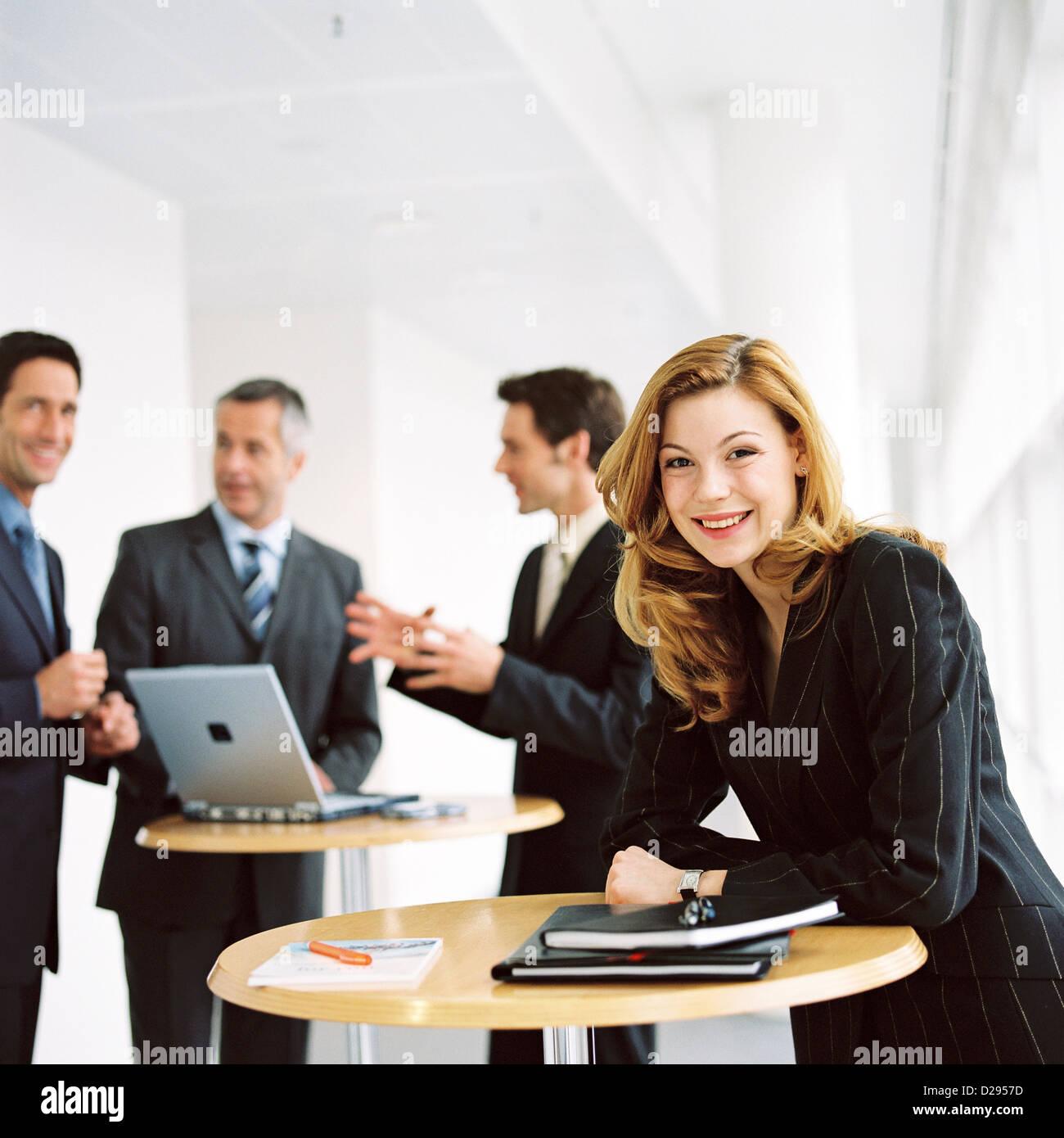 Business-Leute Mann Frau lizenzfrei außer anzeigen und Reklametafeln Stockbild