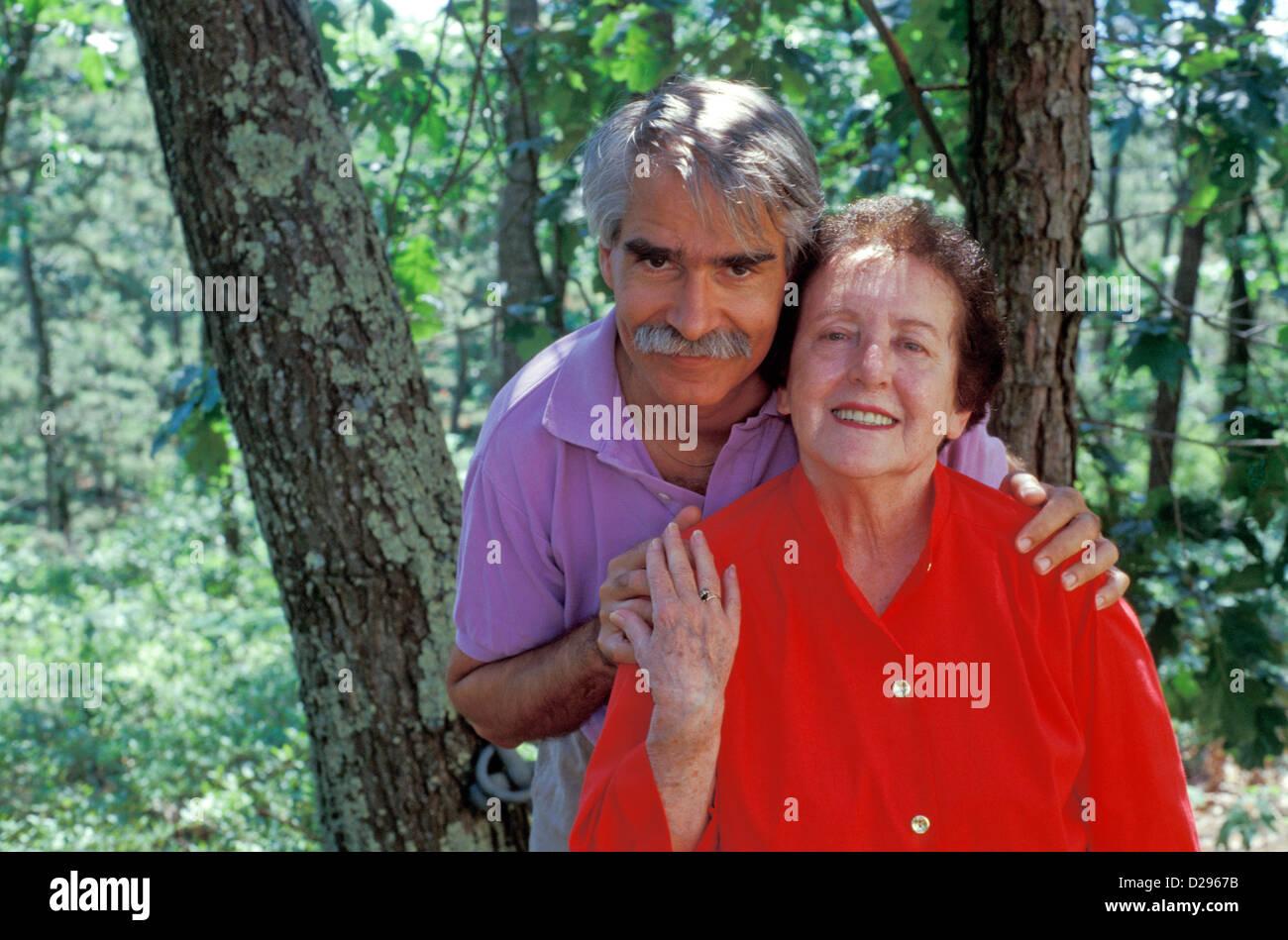 Mutter In ihrem 70er und ihrem Sohn In seinen 50er Jahre Stockbild
