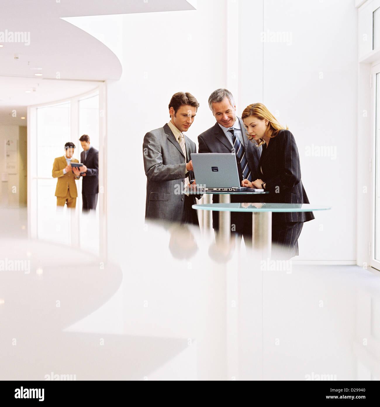 Geschäftsleute lizenzfrei außer anzeigen und Reklametafeln Stockbild