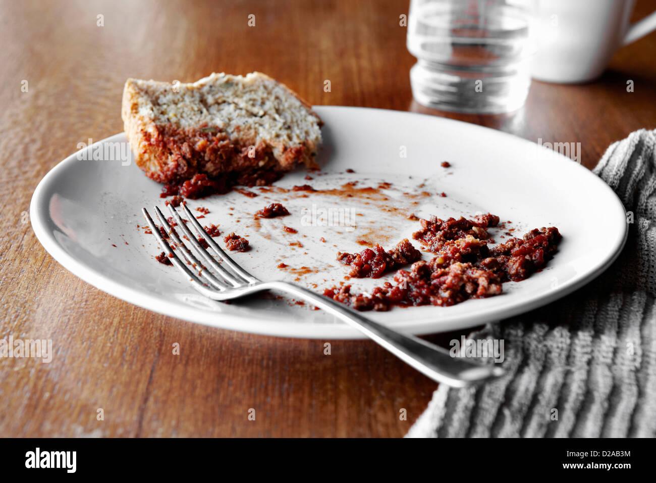 Leere Teller auf Tisch Stockbild