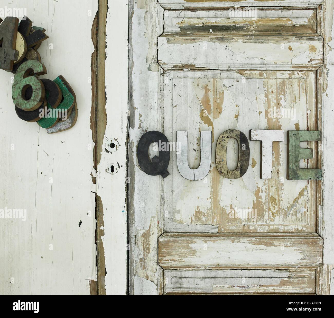 Zitat auf hölzerne Tür genagelt Stockbild