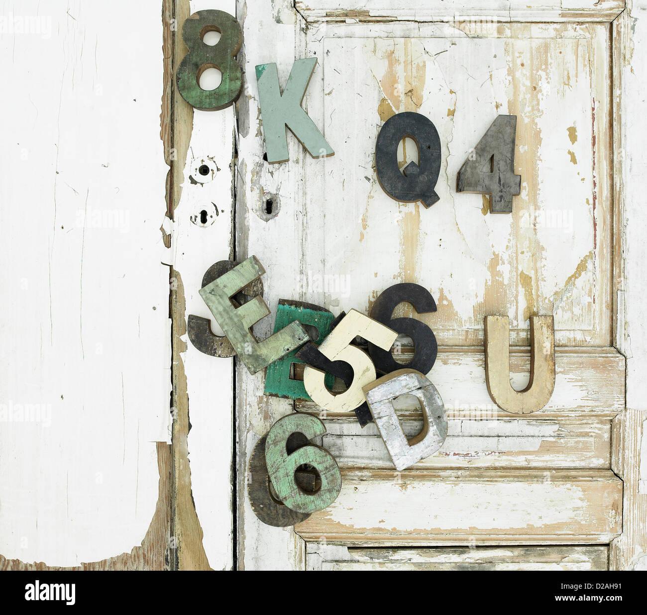 Dekorative hölzerne Symbole an Tür Stockbild