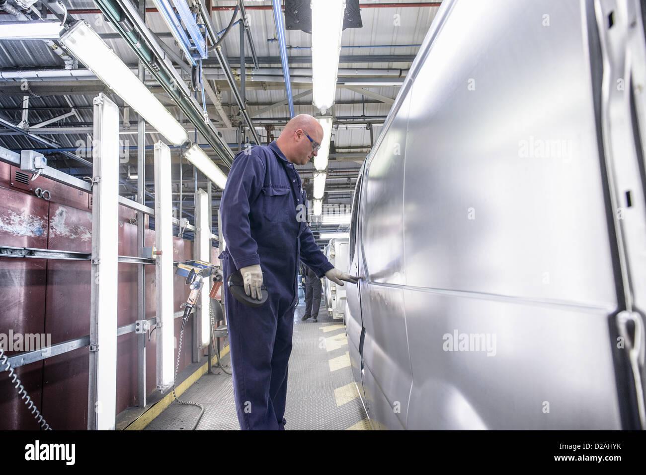 Arbeiter, die Inspektion Fahrzeug im Automobilwerk Stockbild