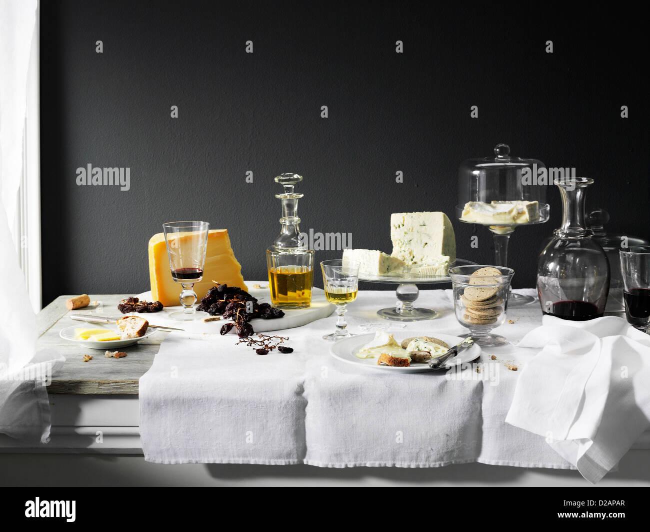 Wein, Käse und Brot auf den Tisch Stockbild