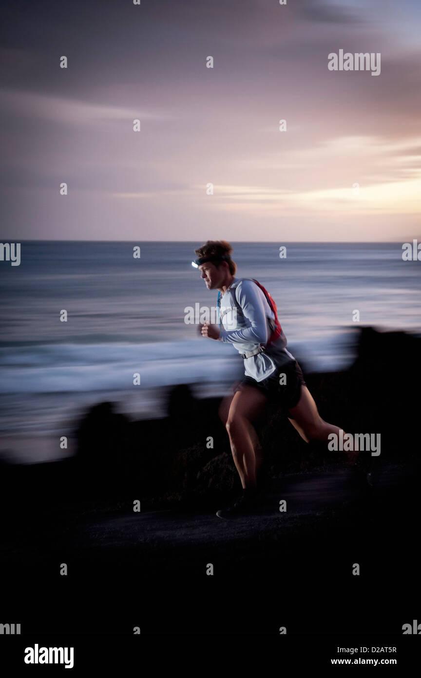 Verschwommene Sicht des Läufers auf felsigen Pfad Stockbild