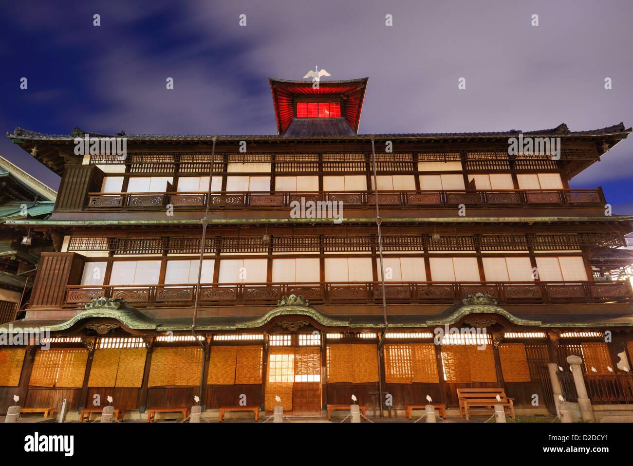 Dogo Onsen und das Stadtbild von Matsuyama in Japan. Dogo Onsen ist eines der berühmtesten Therme Badehäuser Stockbild