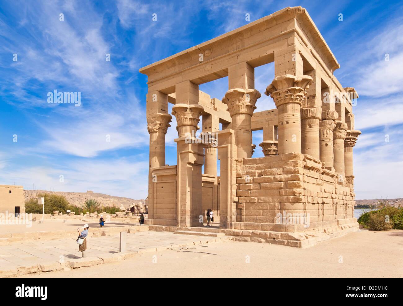 Touristen erkunden der Kiosk des Trajan auf der Tempel der Isis Philae Aswan Oberägypten Middle East Stockbild