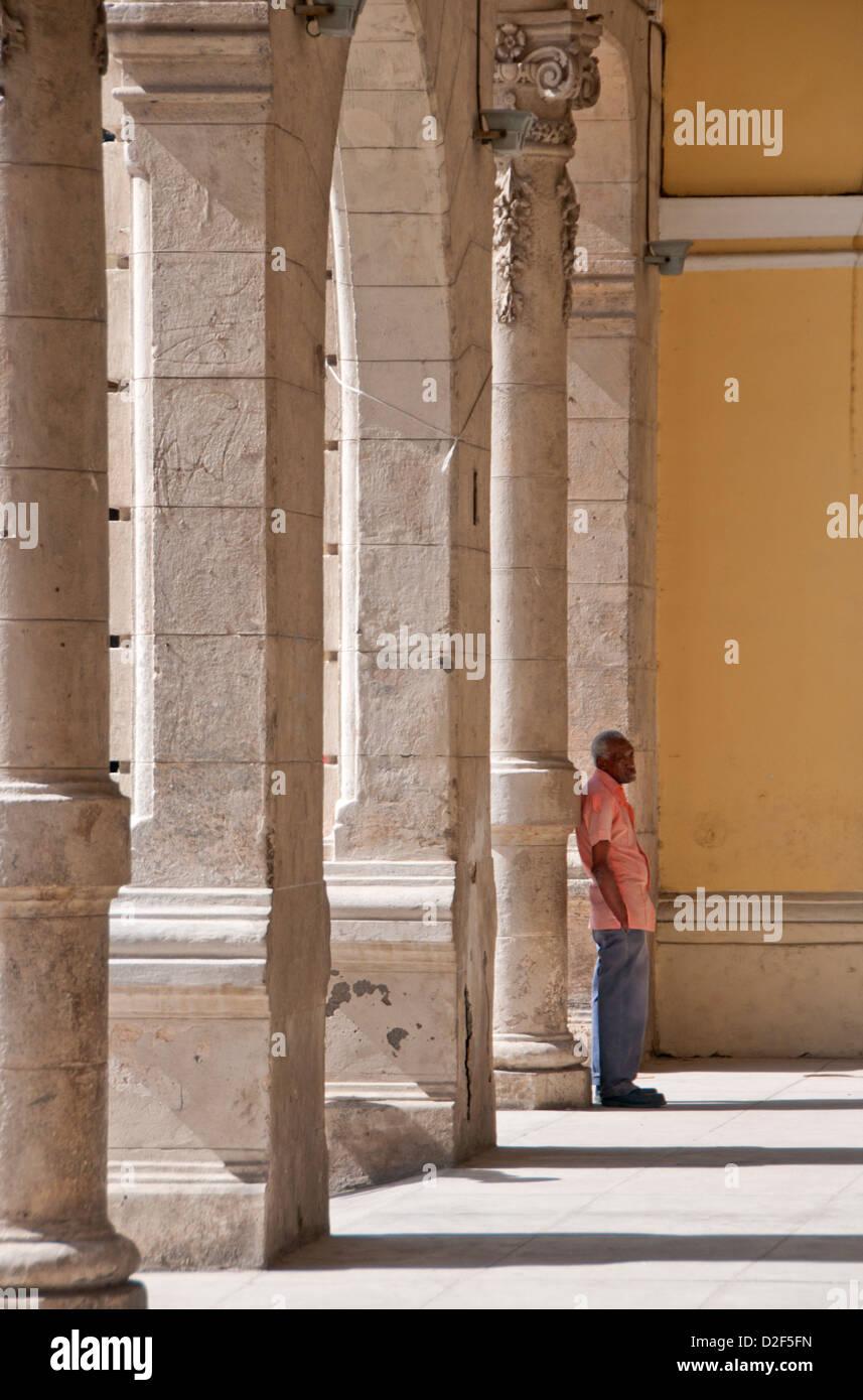 Lokalen kubanischen Mann unter die Architektur der Plaza Vieja, Habana Vieja, Havanna, Kuba Stockbild