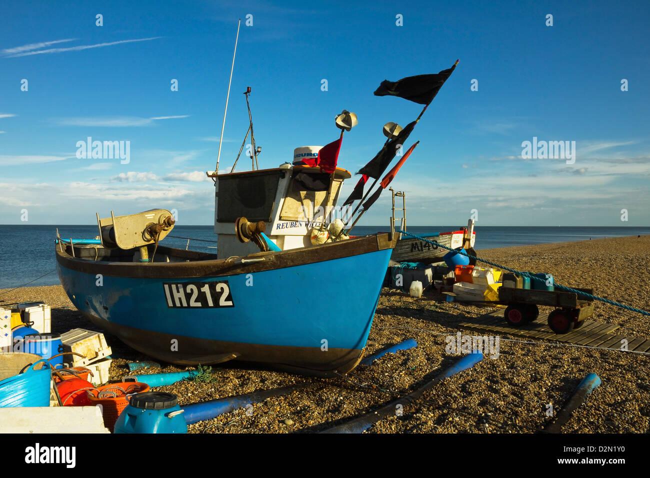 Angelboot/Fischerboot und Netze auf der Strandpromenade Kiesstrand dieses beliebten unberührte Küstenortes, Stockbild