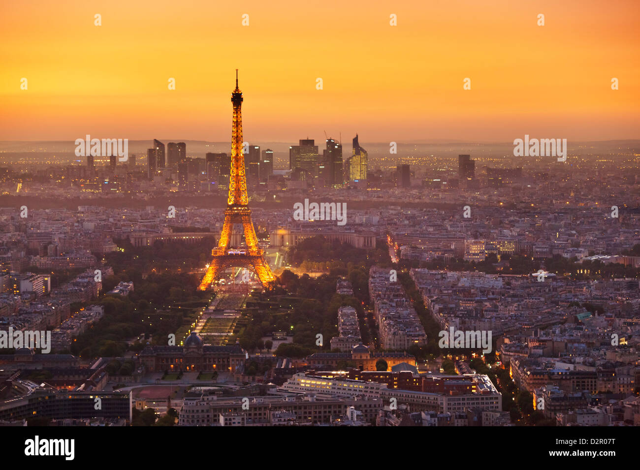 Paris-Skyline bei Sonnenuntergang mit dem Eiffel Turm und La Defense, Paris, Frankreich, Europa Stockbild