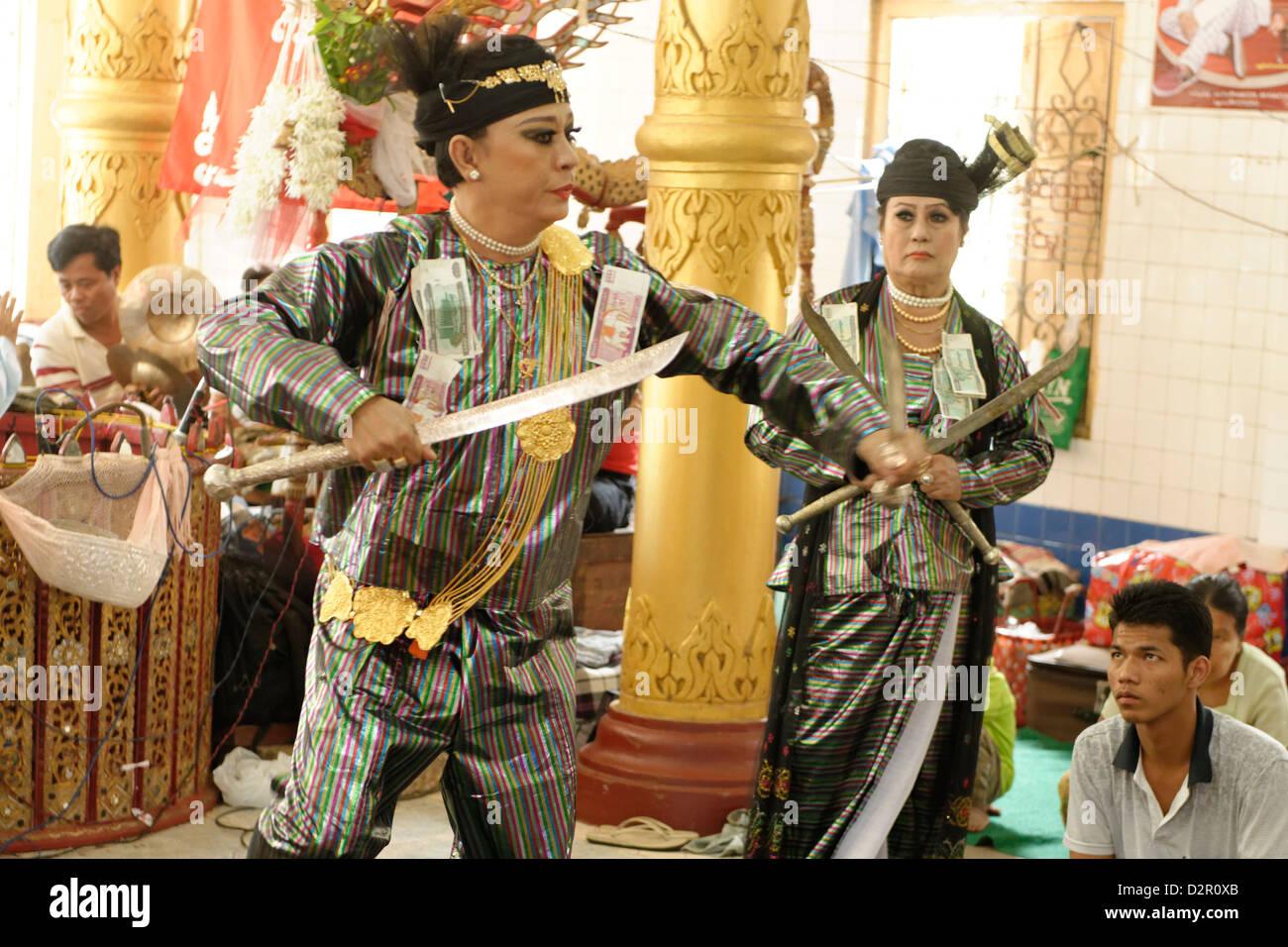 Yangon U Win Hlaing, einem berühmten Nat-Kadaw (Mittel), Festival der Ko Myo Shin, Pyin U Lwin (Maymyo), Mandalay Stockbild