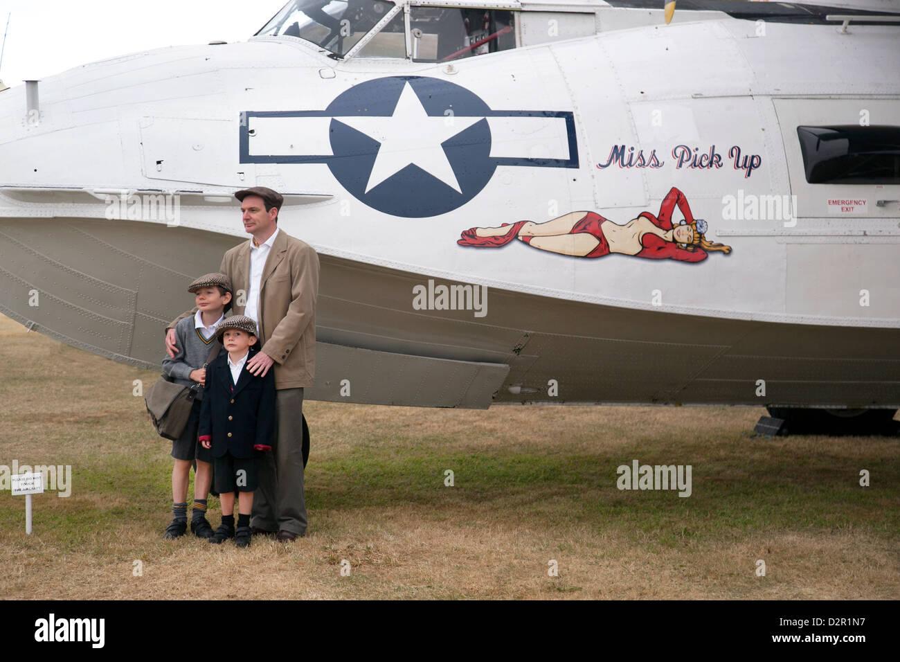 Vater mit Sohn bei der Oldtimer-Flugzeuge-Anzeige am Goodwood Revival meeting Stockbild