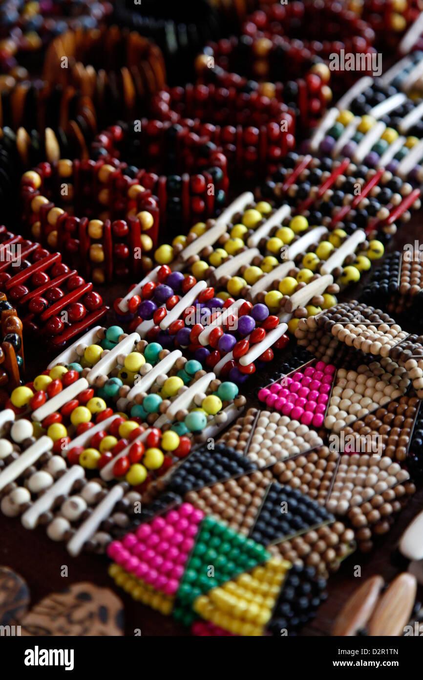 Kunsthandwerk zum Verkauf im Shop der Pataxo indischen Menschen bei der Reserva Indigena da Jaqueira in der Nähe Stockbild