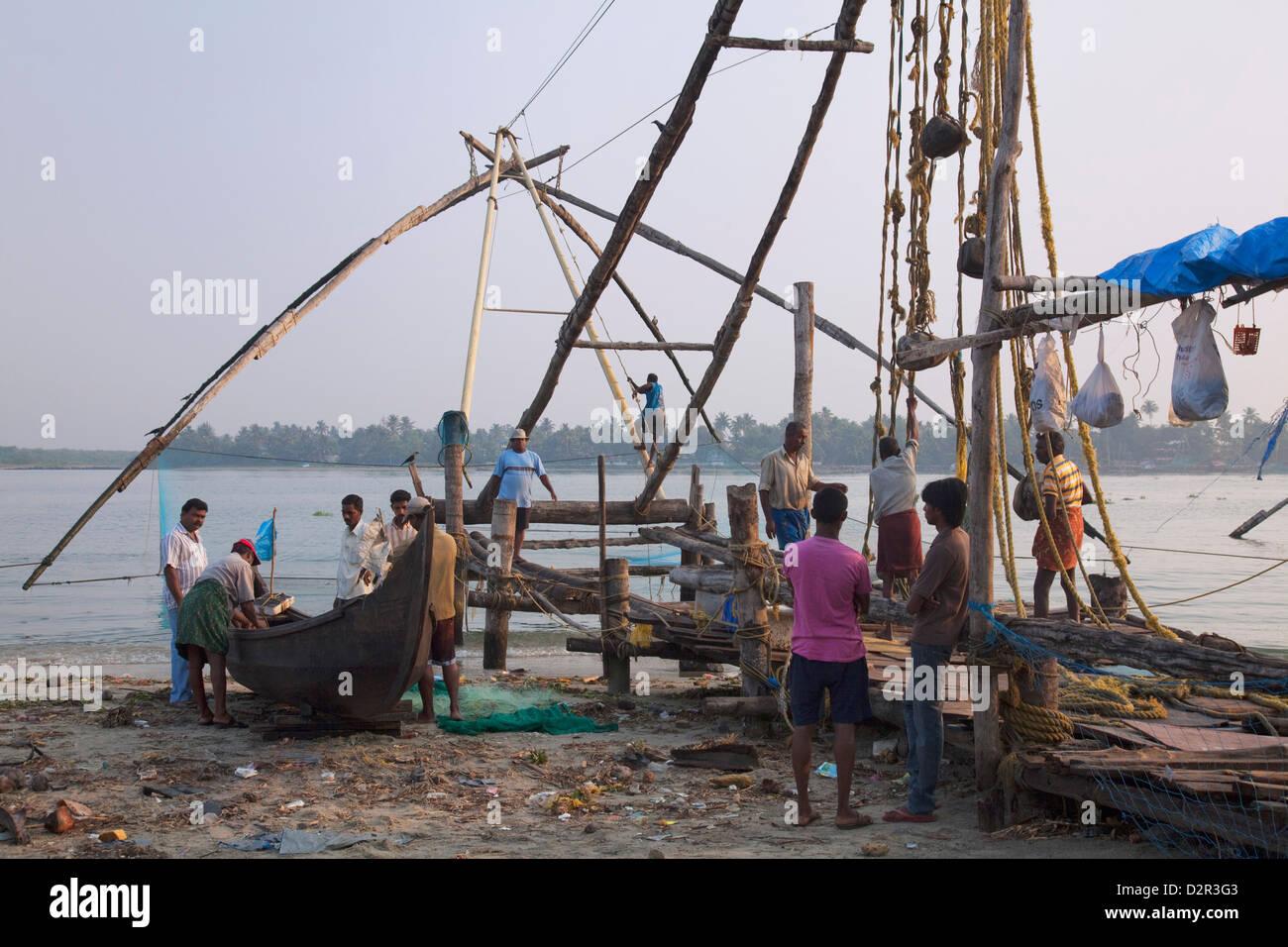 Fischer, die Zubereitung von traditionellen Boot und chinesischen Fischernetz an der Uferpromenade in Kochi (Cochin), Stockbild