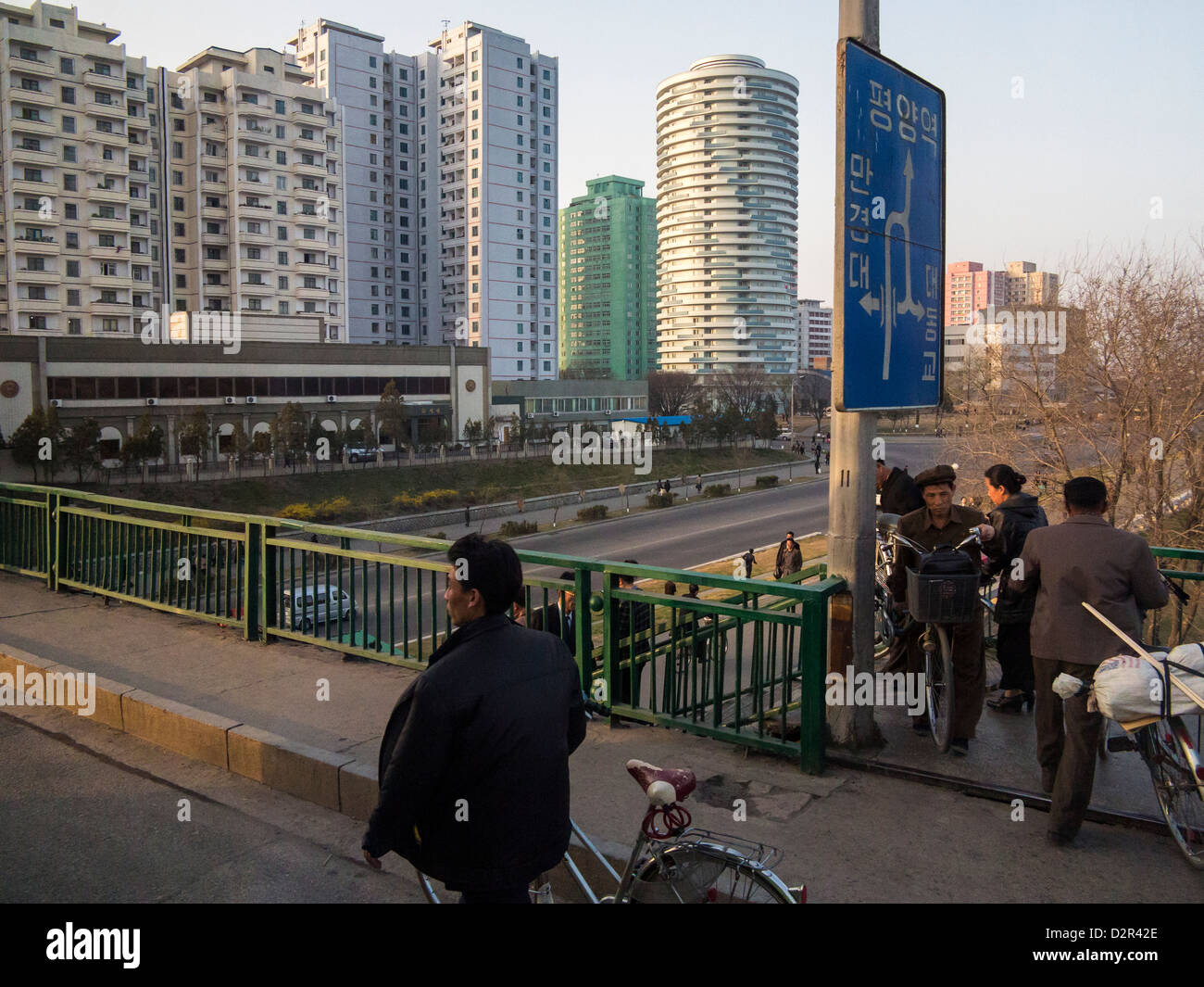 Typische Straßenszene in der Hauptstadt Pjöngjang, Demokratische Volksrepublik Korea (DVRK), Nordkorea, Stockbild