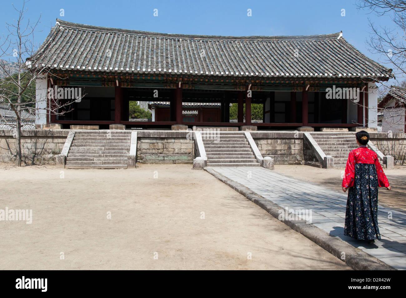 Frau in traditioneller Kleidung König Wang Kon Mausoleum, Stadt Kaesong, Nordkorea Stockbild