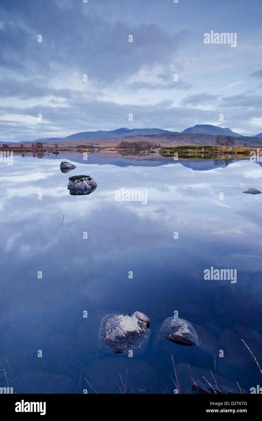 Loch-Ba auf Rannoch Moor in der Dämmerung, eine Site of Special Scientific Interest, Perth und Kinross, Highlands, Stockbild
