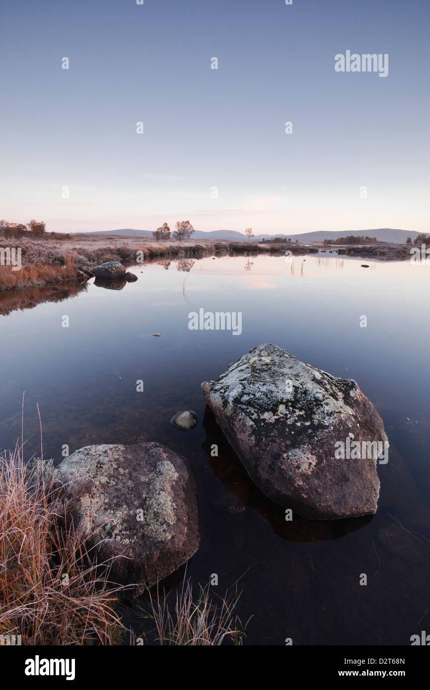 Loch Ba an einem frostigen Morgen im Rannoch Moor, eine Site of Special Scientific Interest, Perth und Kinross, Stockbild
