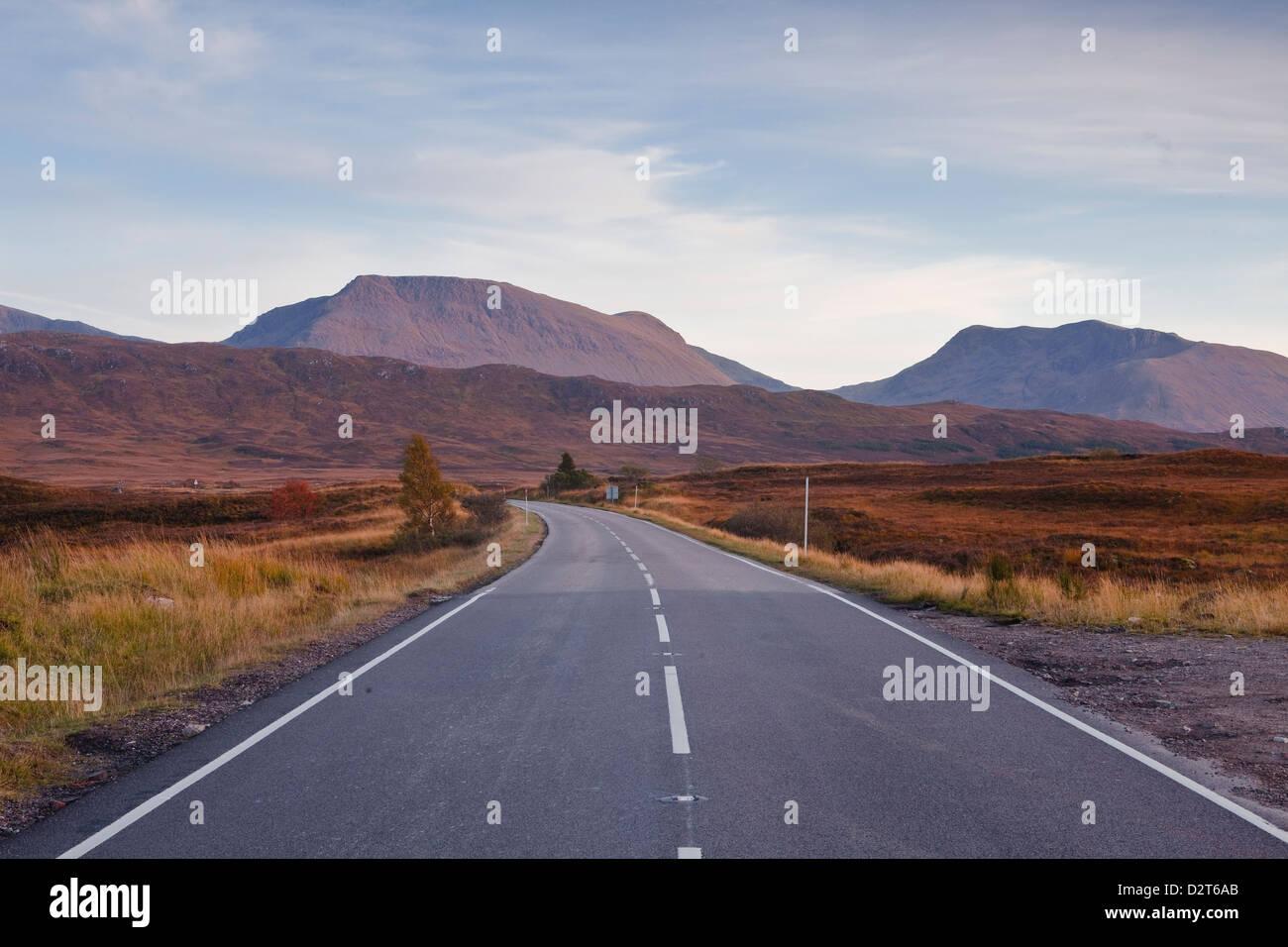 Die Hauptstraße durch Rannoch Moor, eine Site of Special Scientific Interest, Highlands, Schottland, Vereinigtes Stockbild