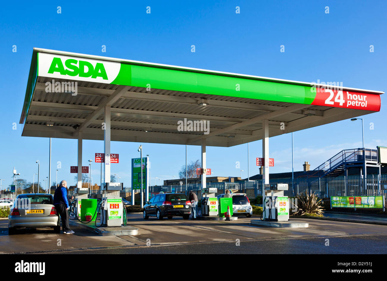 ASDA Tankstelle Vorplatz mit Mann, Benzin in seinem Auto uk Stockfoto