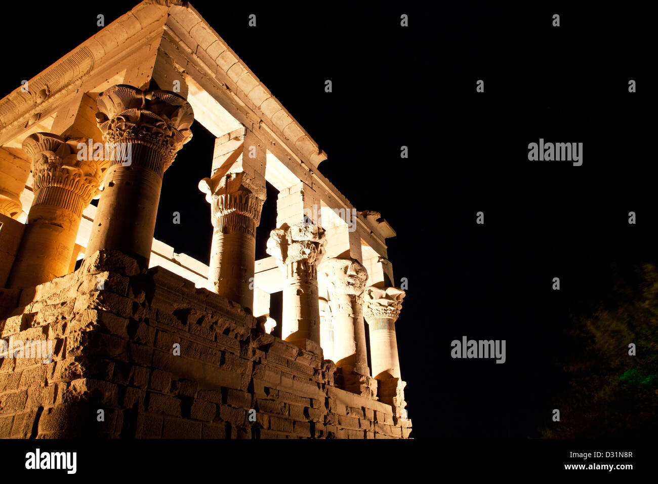 Ton- und Lichtshow am Kiosk des Trajan in der Isis-Tempel von Philae, Agilika Island, Assuan, Stockbild