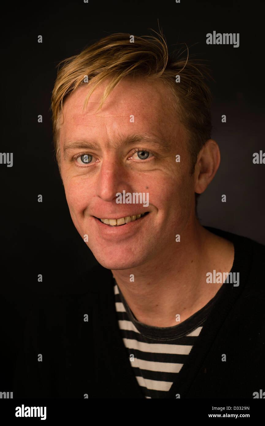 Eine schlanke Blondine Mann männlich, Ende 30 / Anfang 40, single Solo allein, glücklich lächelnd Stockbild