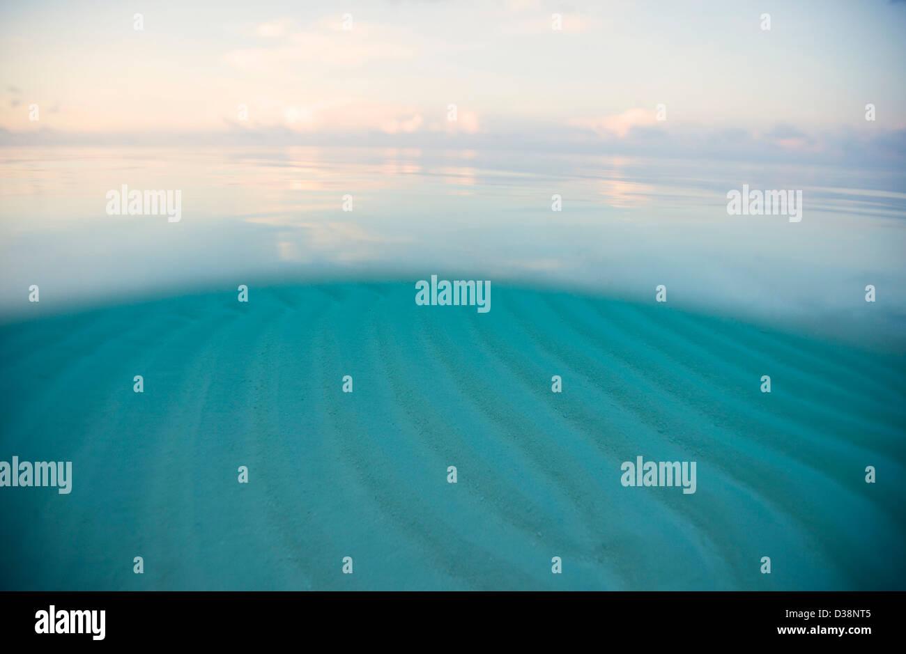 Wellen in Unterwasser sand Stockbild