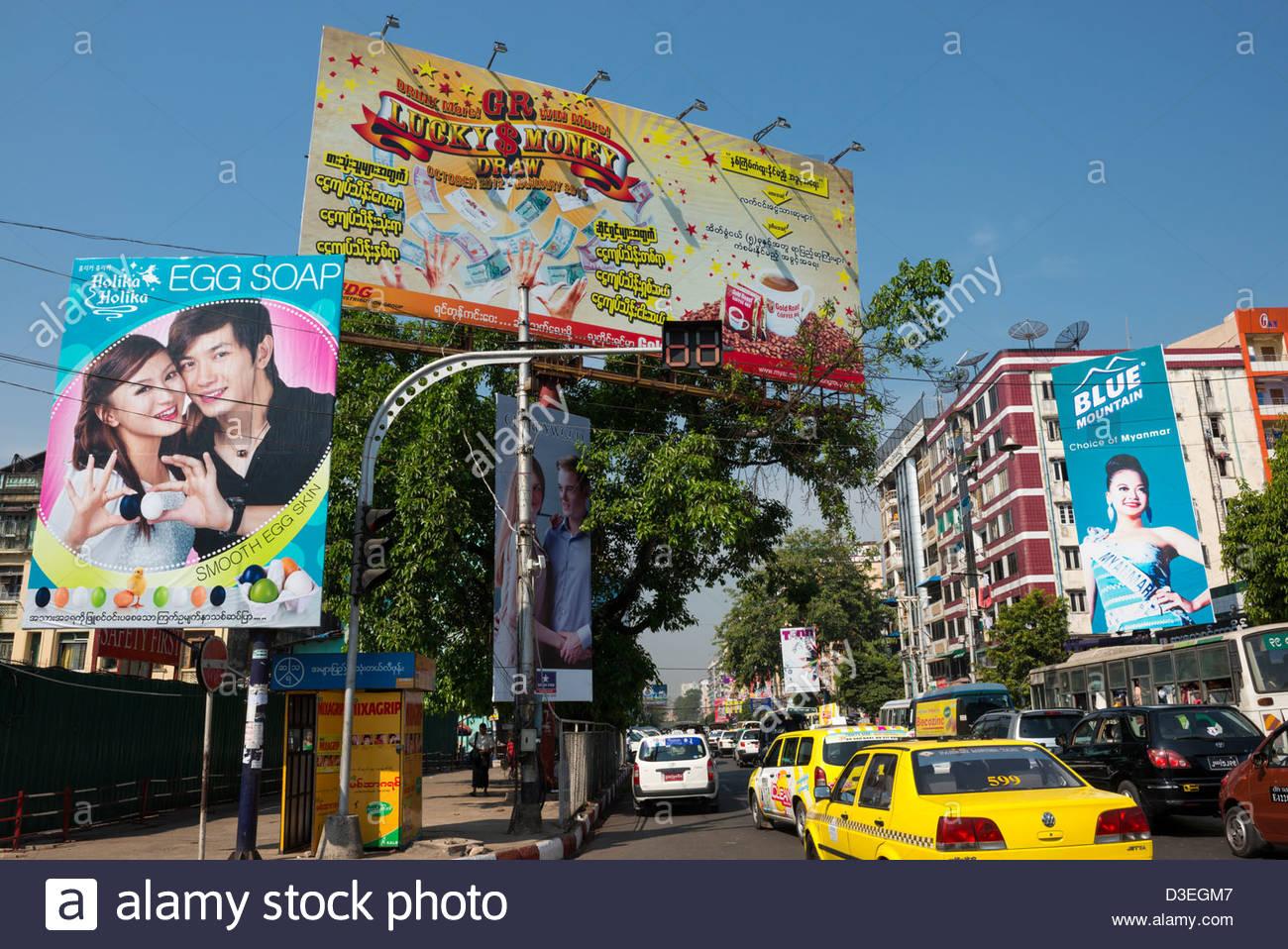 Modernen Straßenbild mit großen Plakaten in zentralen Yangon Myanmar Stockbild
