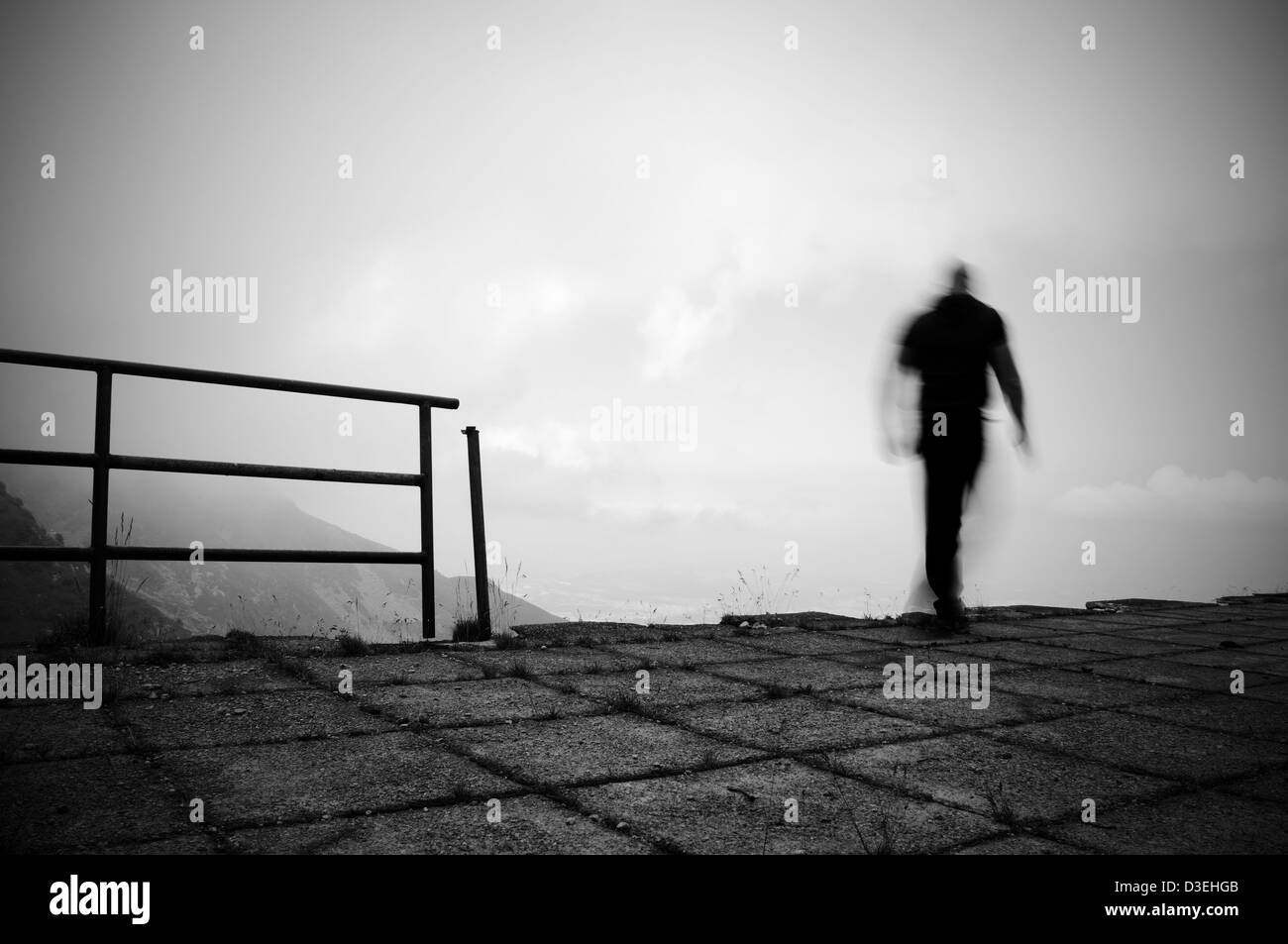 Mann springt ins Leere Stockbild