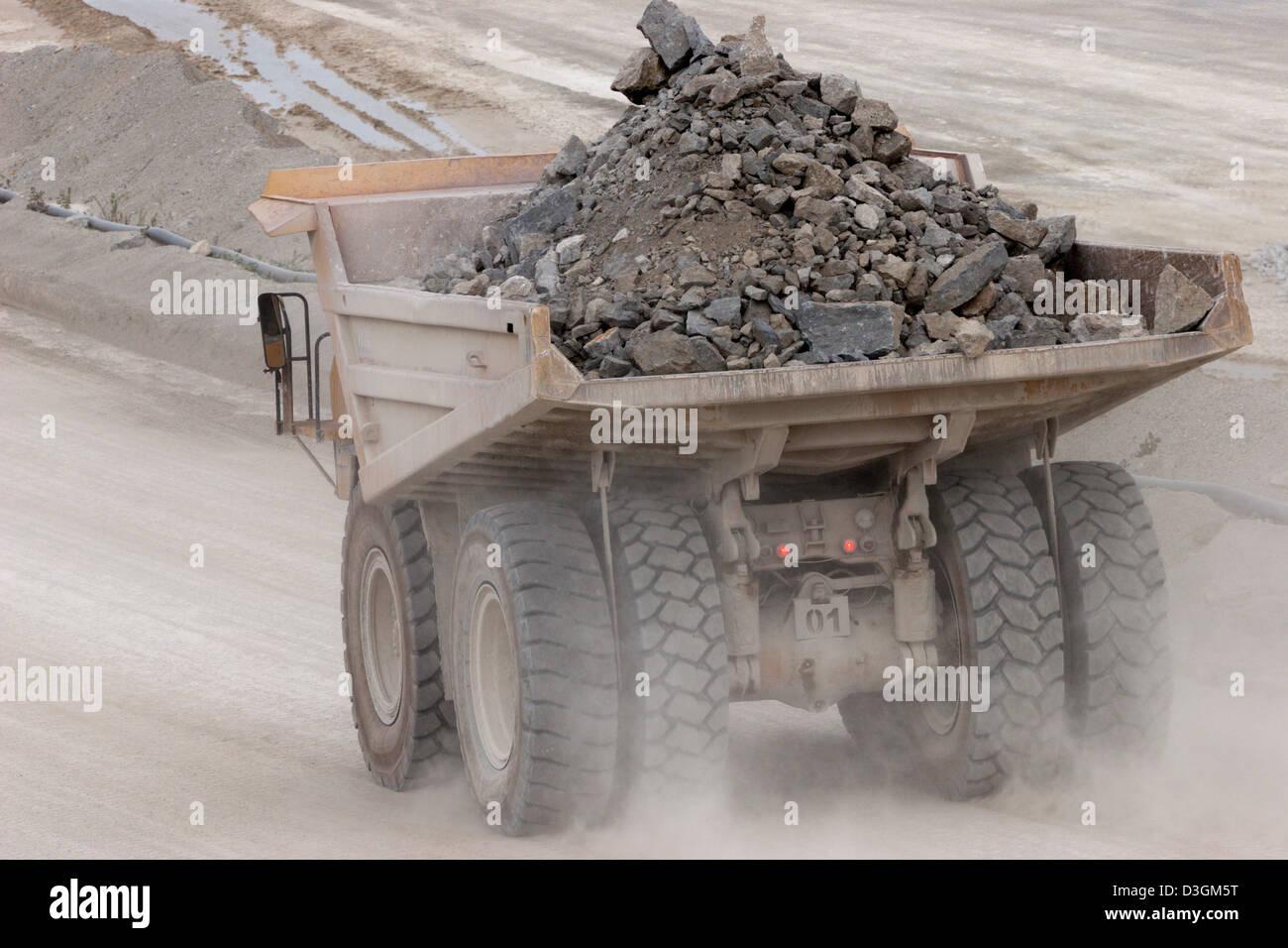 Dump truck stockfotos dump truck bilder alamy for Ingenieur bergbau