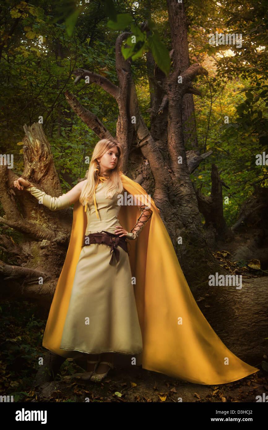 Blondes Mädchen in einem magischen Wald Stockfoto
