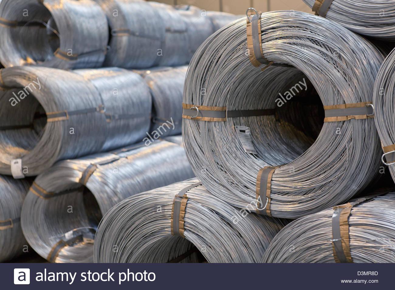 Spiralkabel Stahl Rollen gestapelt im Lager Stockbild