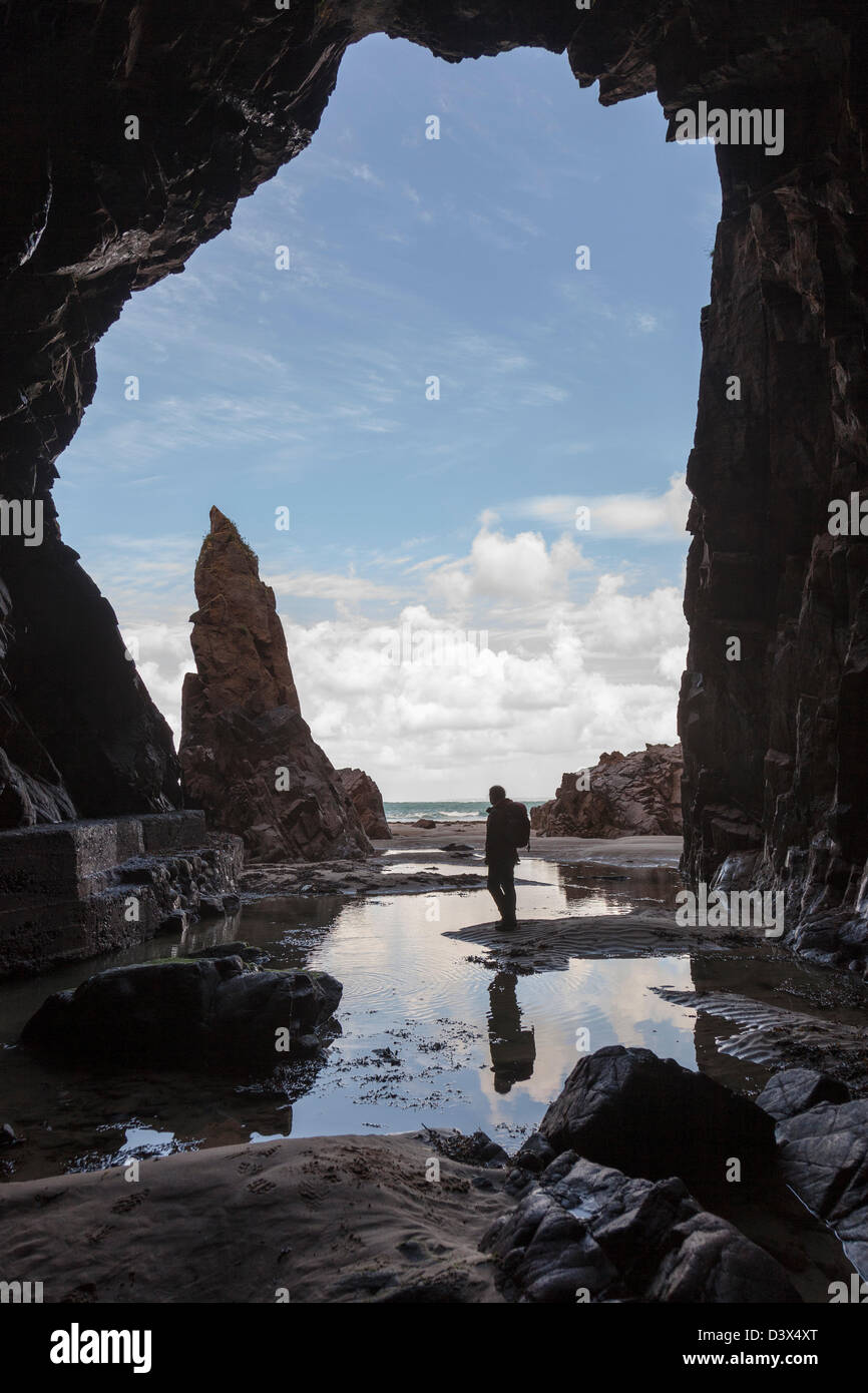 Nadel-Rock mit Person, die in Plemont Höhle, Jersey, Kanalinseln, UK Stockbild