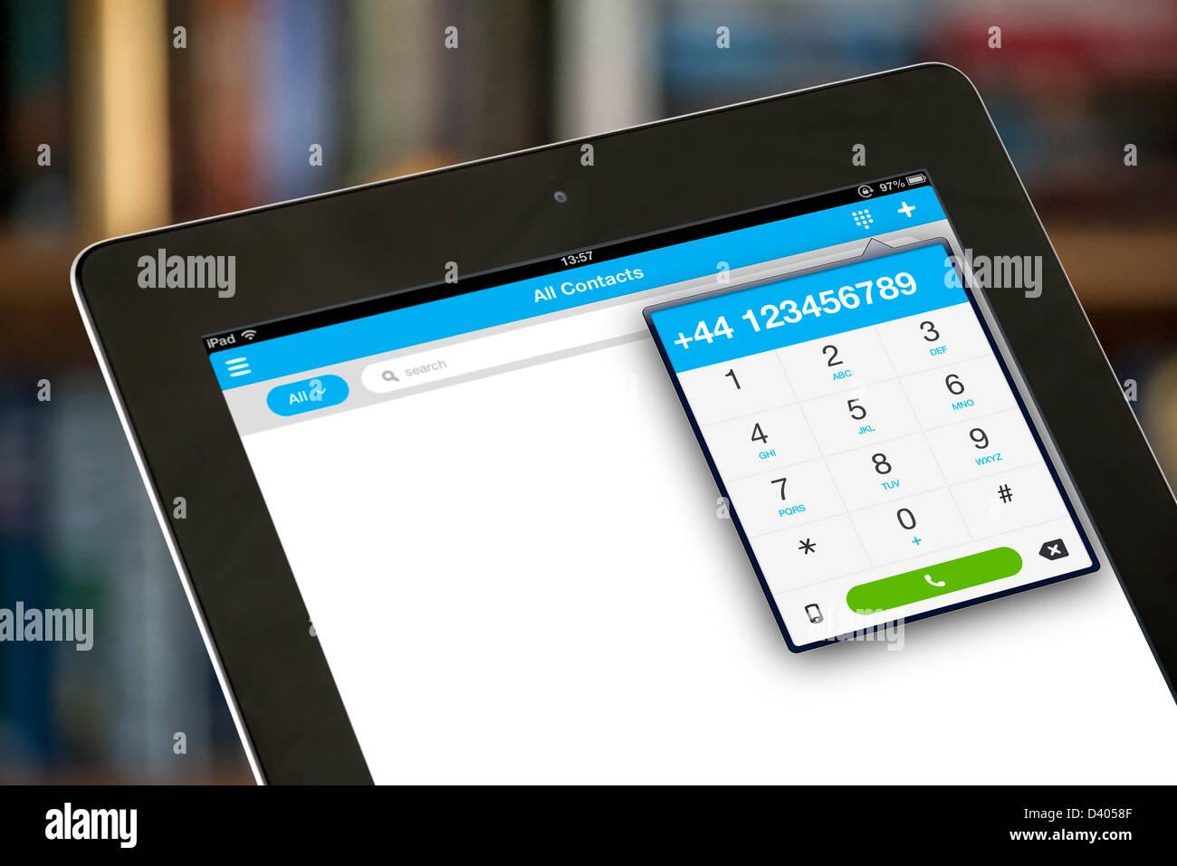 Ein Telefongespräch mit der VOIP Skype app auf dem iPad eine 4. generation Stockbild