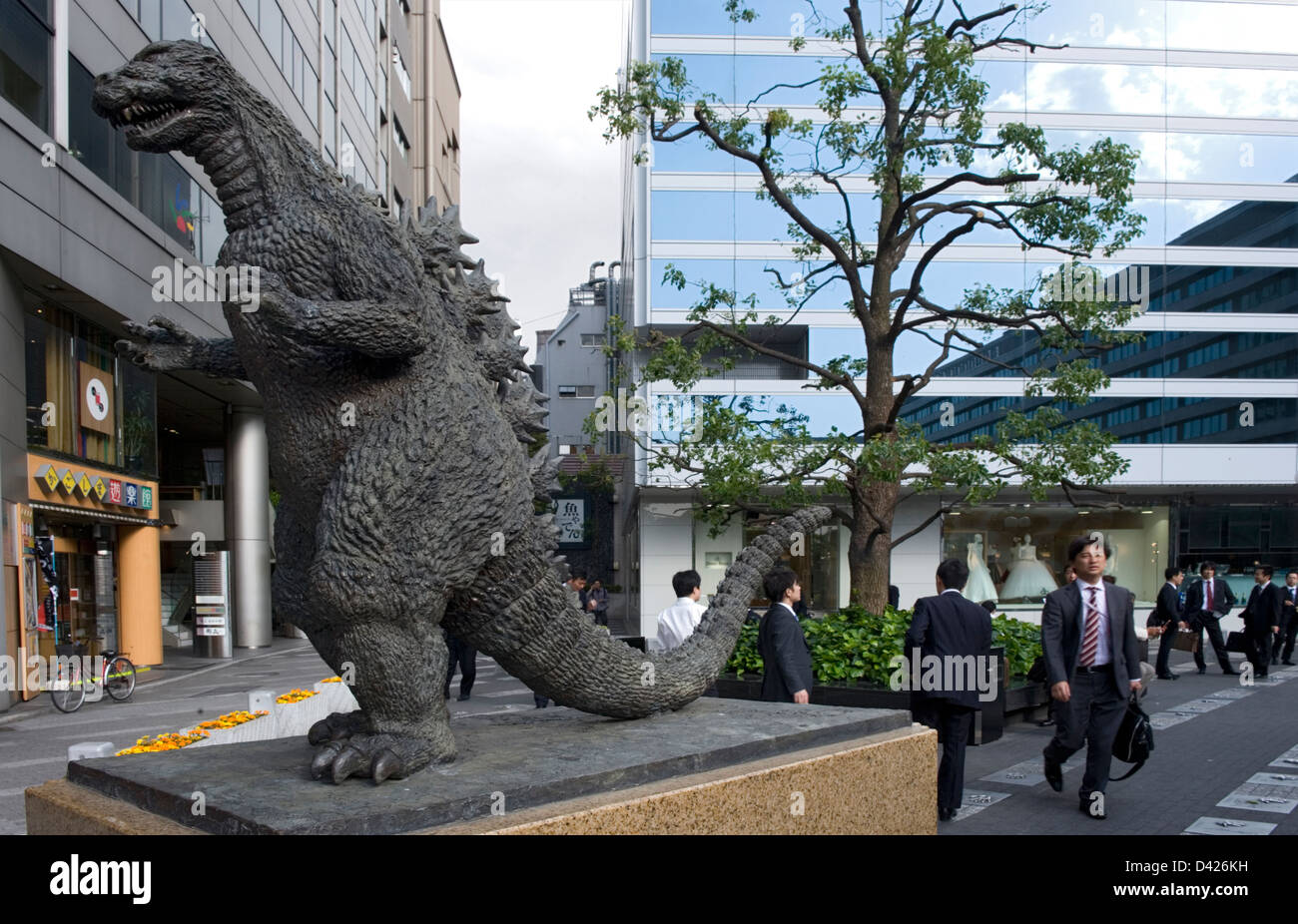 Bronzestatue von Godzilla, Kreatur Filmstar aus 1950, sitzt auf einem prominenten Sockel im Hibiya Kino Bezirk in Stockbild