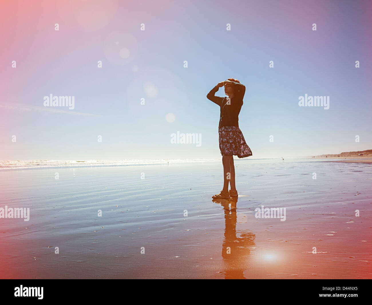 Lichtdicht, Frau blickt auf das Meer, Neuseeland. Stockbild