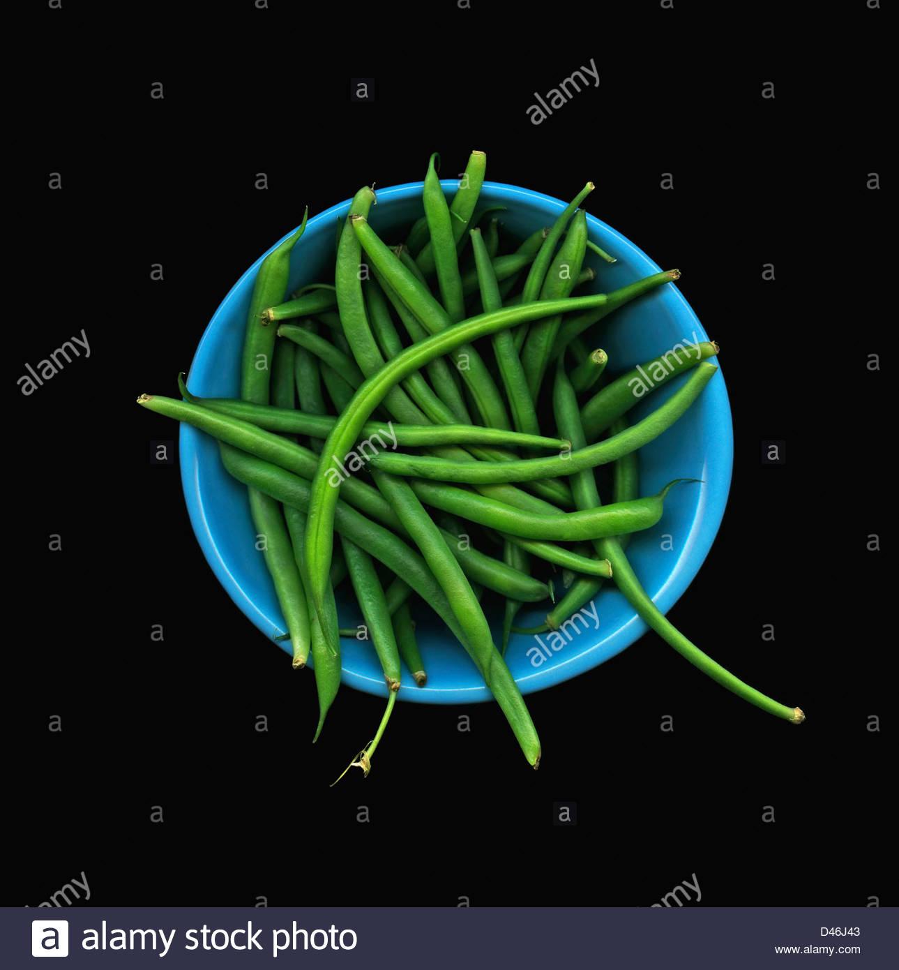 Draufsicht der Schüssel mit grünen Bohnen auf schwarzem Hintergrund Stockbild