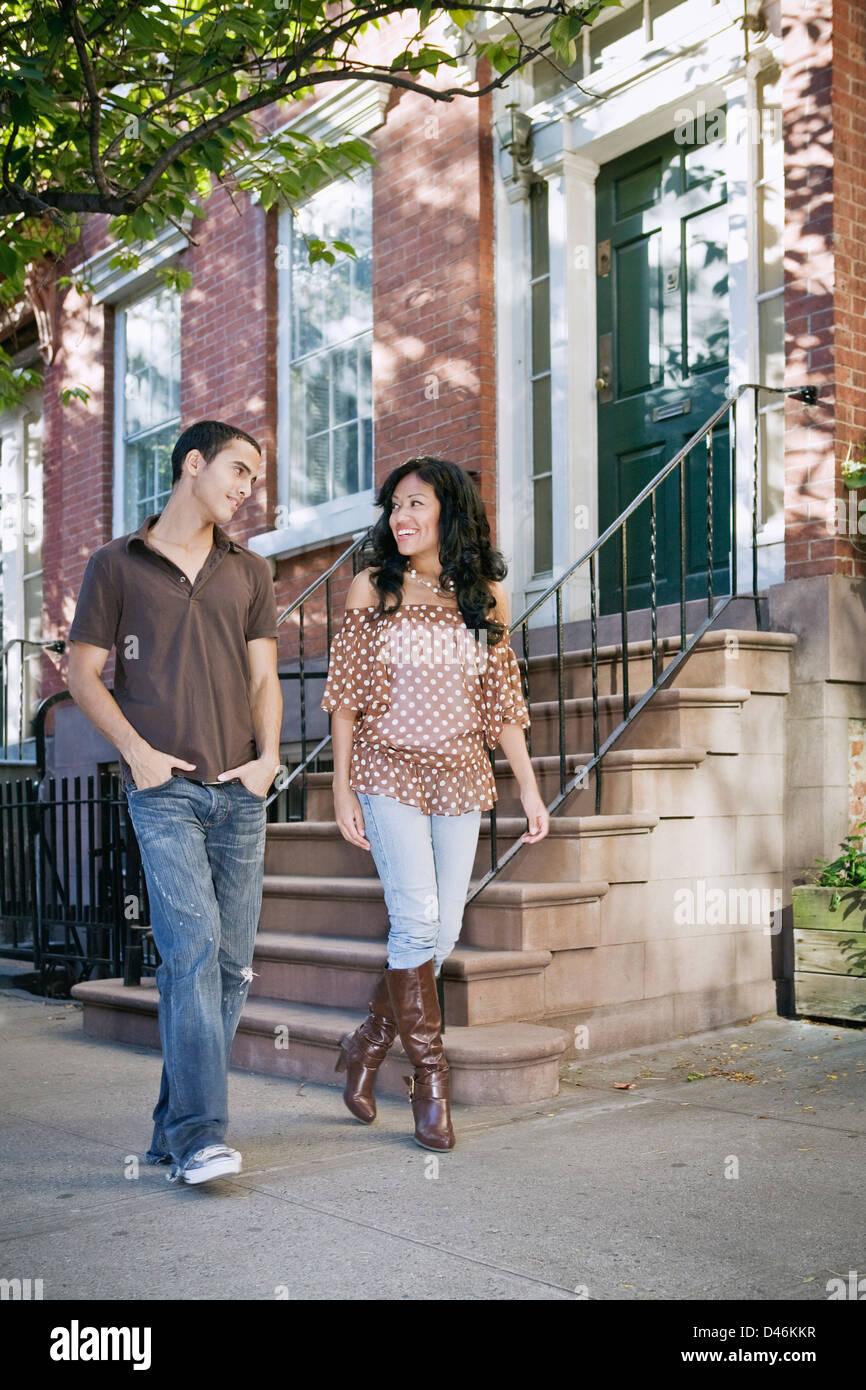 Junge Liebhaber/Freunde auf einen faulen Nachmittag Nachbarschaft zu Fuß Stockbild