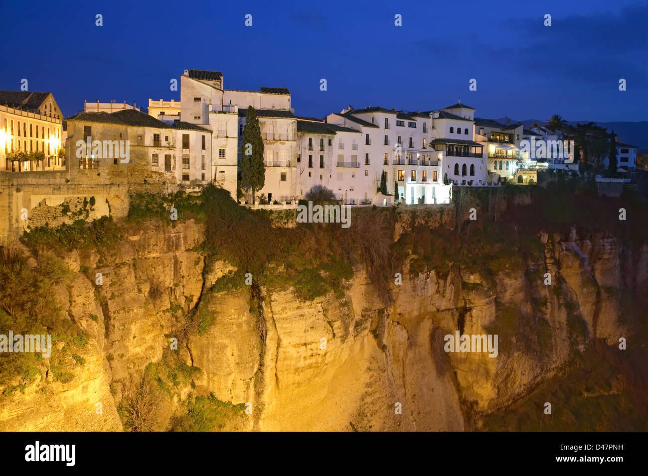 Häuser auf Klippe in der Dämmerung, Ronda, Spanien Stockbild